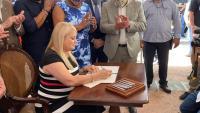 Gobernadora firma proyecto del plebiscito Estadidad Sí o No