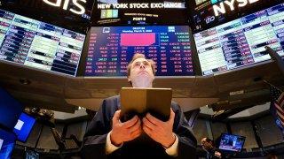 Un corredor de bolsa trabaja este lunes en la Bolsa de Wall Street, en Nueva York.