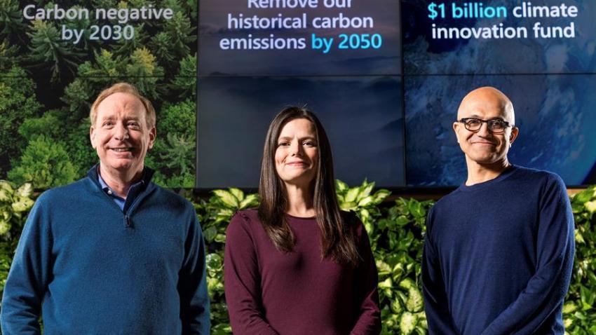 Fotografía facilitada por Microsoft que muestra a su presidente Brad Smith, su directora financiera Amy Hood y el consejero delegado, Satya Nadella