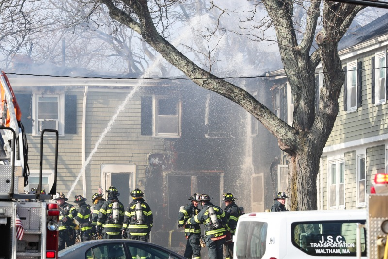 Bomberos combaten fuego de 3 alarmas en Watertown