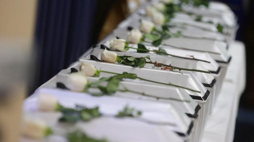 Fotografía de archivo de rosas blancas depositadas en recuerdo a las víctimas.