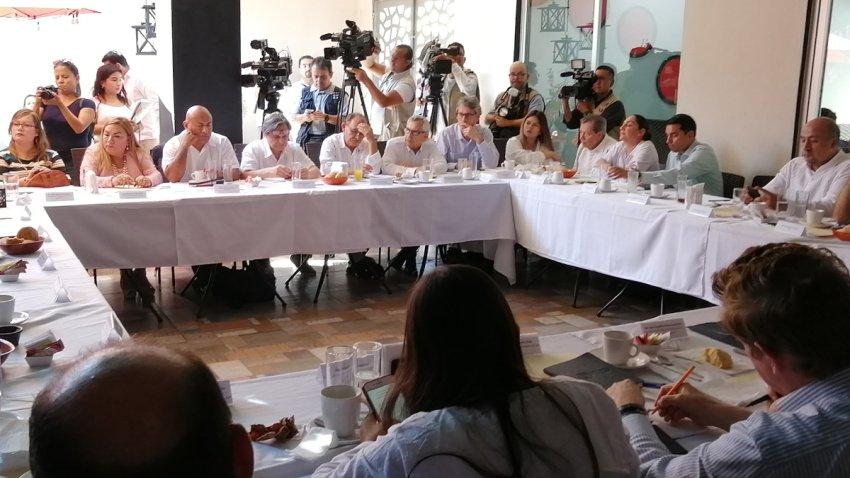 Diputados se reúnen en estación migratoria
