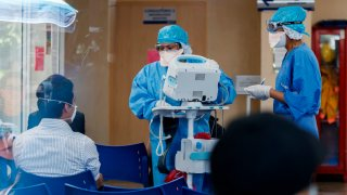 Médicos atienden a pacientes mexicanos