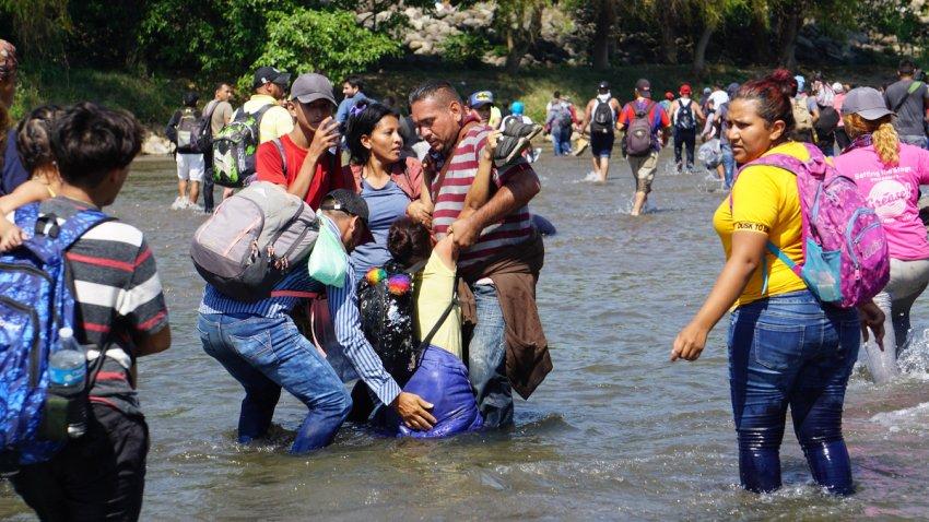 Migrantes hondureños en el río Suchiate.