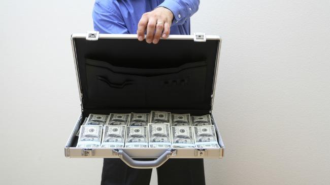 tlmd_money_maletin_dinero_shutterstock_180407189
