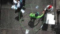 Usan método del hula-hula para promover el distanciamiento social