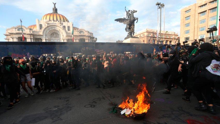 feministas ante una hoguera durante protesta para exigir aborto legal y seguro