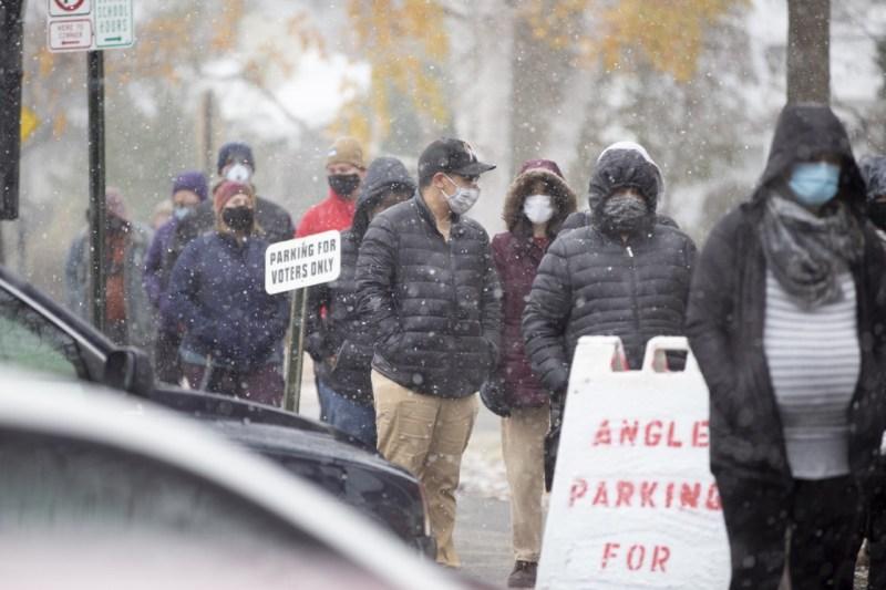 Residentes de New Hampshire salen a votar bajo la nieve