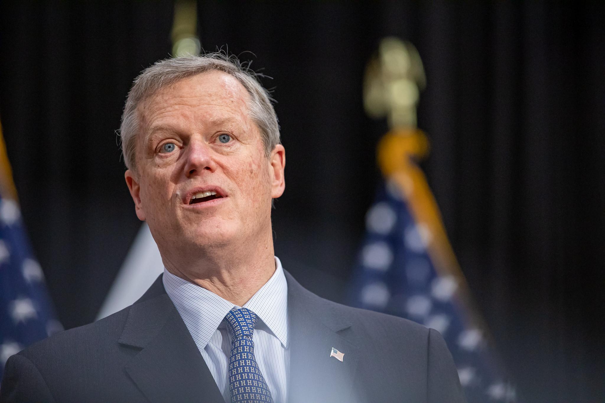 """Gobernador Baker espera """"interrupción mínima"""" tras pausa en el uso de la vacuna de Johnson & Johnson"""