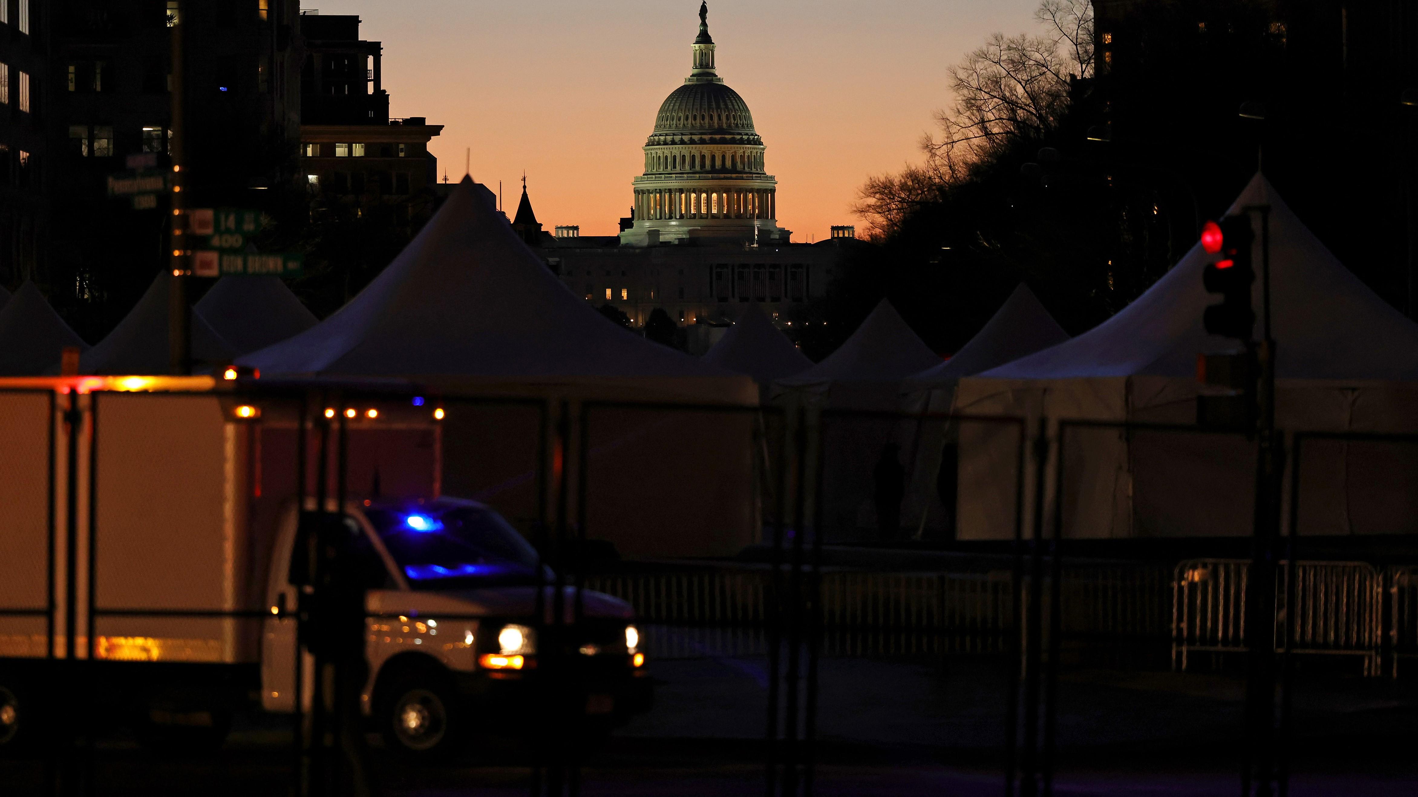 """Con credencial """"no autorizada"""" para toma de posesión y armas: arrestan a hombre en puesto de control en DC"""