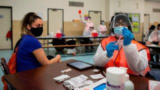 """NYU Langone Medical Center dijo que no programaría nuevas citas debido a dosis insuficientes. Muchos hospitales en todo el estado están sintiendo la misma crisis, incluso cuando la carrera para vacunar continúa. Hubo confusión de vacunas de otro tipo en Brooklyn el jueves por la noche. Se difundió el rumor desde el servicio de mensajería WhatsApp de que un refrigerador que contenía vacunas estaba fuera de servicio en la Terminal del Ejército de Brooklyn y más de 400 dosis se distribuían por orden de llegada a cualquier adulto. Los problemas también afectaron a otras partes del estado. Los funcionarios dijeron que a principios de semana se compartió un enlace de programación no publicado, lo que permitió por error a las personas hacer citas en sitios operados por el estado en Binghamton, Buffalo, Plattsburgh, Potsdam, Utica y más localmente, Stony Brook. Aquellos que hicieron citas no autorizadas a través de ese enlace, por lo que sus reservas se anularon para garantizar """"equidad y acceso equitativo"""", dijo el estado. Tal como están las cosas, los tiempos de espera para las citas se han extendido al menos hasta mediados de abril debido a la oferta federal limitada, dice el gobernador Andrew Cuomo. El estado solo recibe 300.000 dosis por semana. Ese número no ha cambiado a pesar de los millones de personas nuevas que se han vuelto elegibles desde que comenzó el lanzamiento. A ese ritmo, se necesitaría al menos medio año para vacunar solo a la población actualmente elegible."""