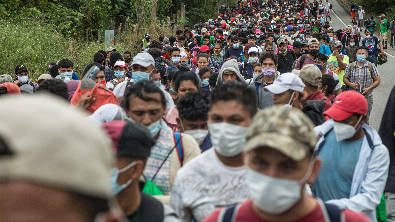Caravana con 9,000 migrantes cruza Guatemala tras superar varios dispositivos policiales
