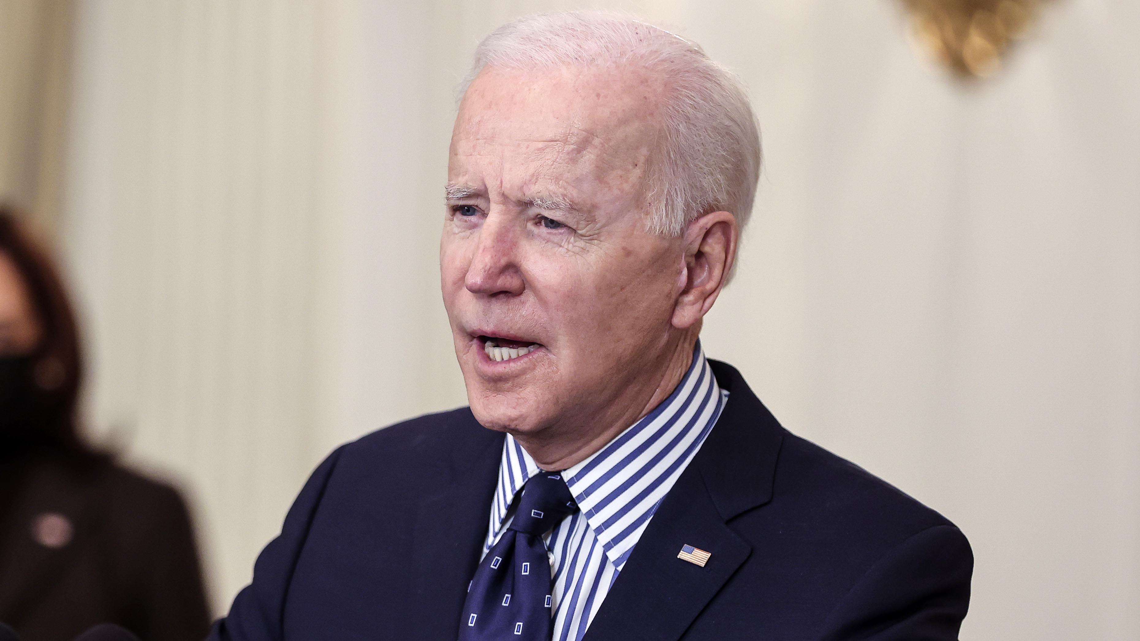 Biden firma decretos para promulgar la igualdad de género