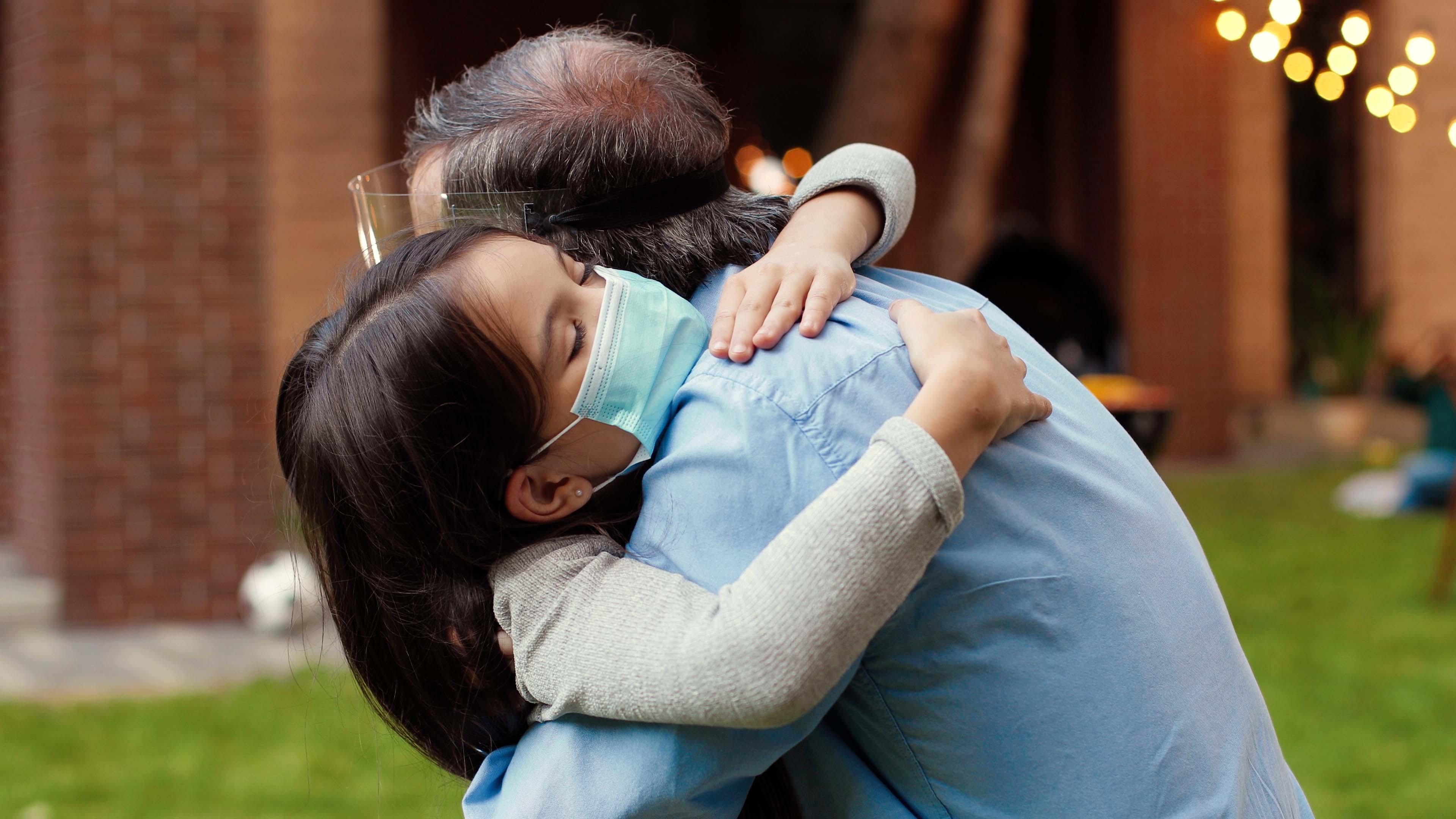 Con quiénes reunirse y cuándo usar mascarilla: los CDC emiten guía para personas vacunadas