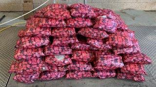 foto de bolsas que aparentan contener fresas
