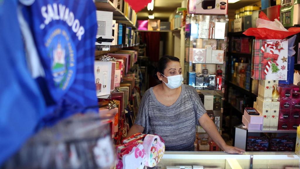 Encuesta revela obstáculos para que hispanos se vacunen contra el COVID-19