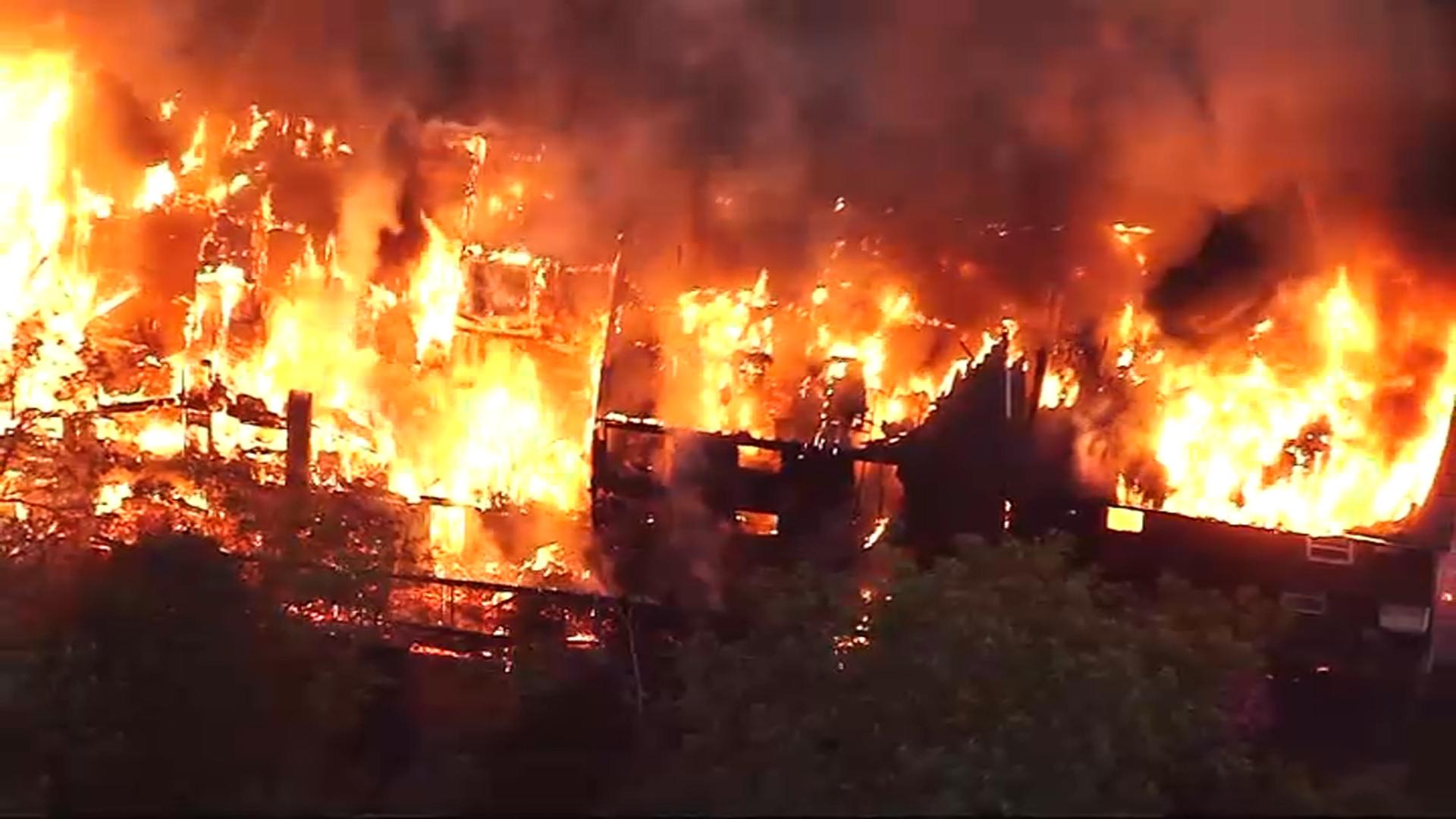 Condominios en Lawrence quedan en escombros tras incendio
