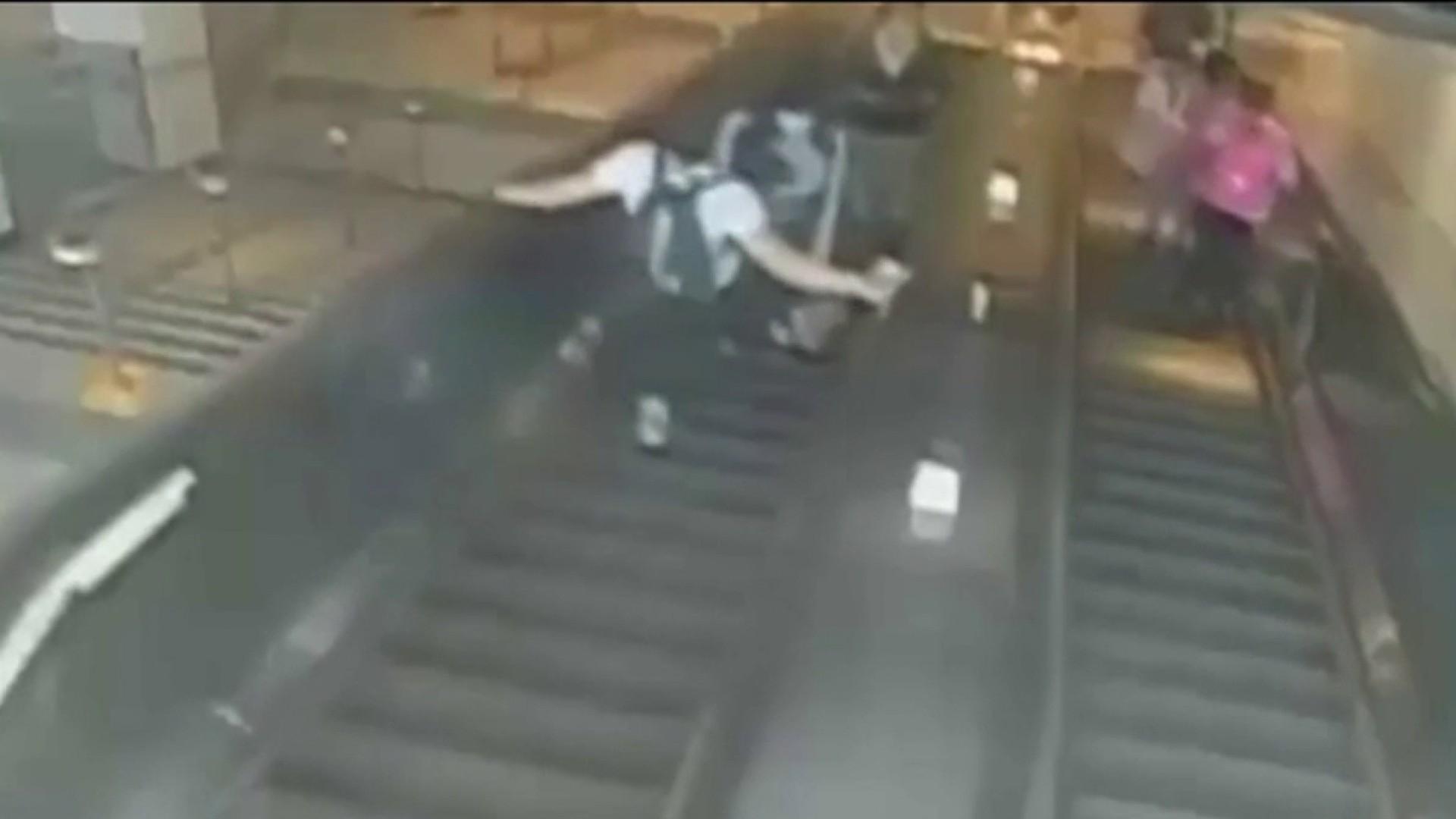 Impresionante video: patea a una mujer por las escaleras eléctricas en Nueva York