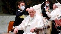 """La reacción del papa Francisco cuando un niño interrumpió su audiencia y quería su """"sombrero"""""""