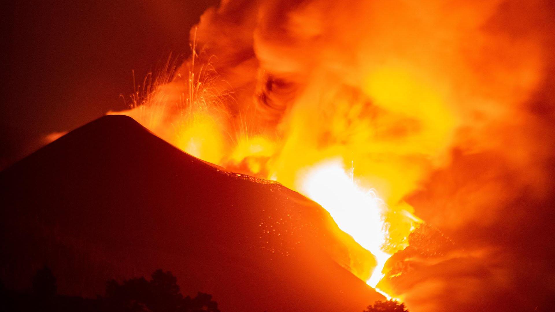 "Impresionante: ""tsunami"" de lava avanza imparable en la isla española de La Palma"