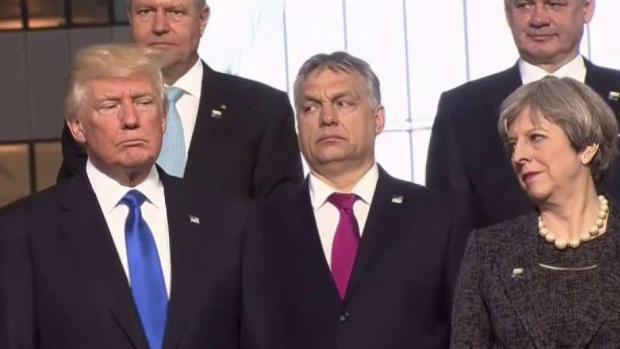 ¡Otra vez! Melania se niega a agarrarle la mano a Trump