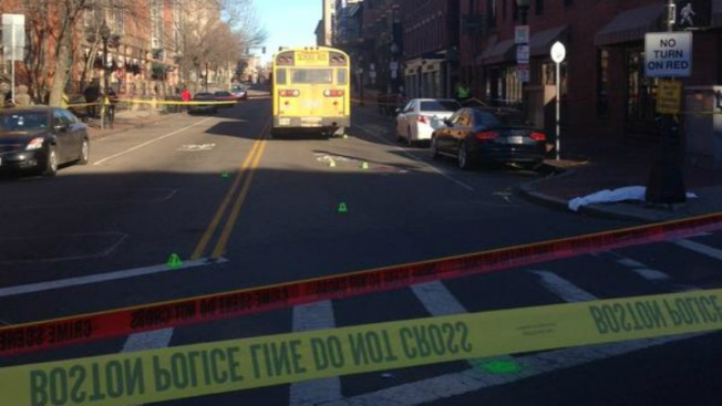 Peatón atropellado por bus escolar en Boston