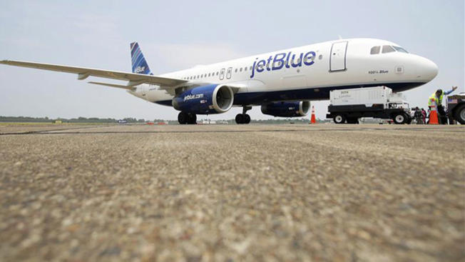 JetBlue cobrará equipaje, reduce espacio